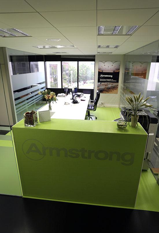 Recepción. Aplicación del logo en vinilo ácido sobre Colorette, uno de los productos de Armstrong.